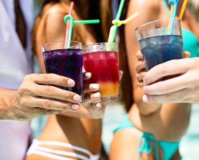 Fiesta de verano con cocktail y licores