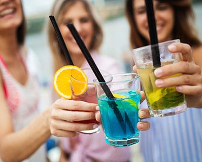 Grupo de amigos de fiesta bebiendo licor